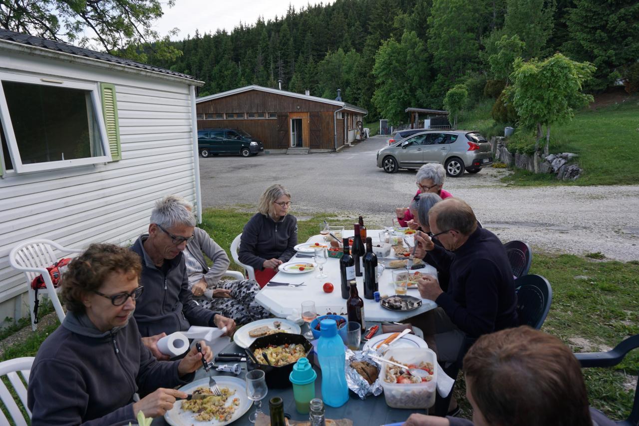 Camping les Eymes, repas en commun le soir du vendredi 9 juin